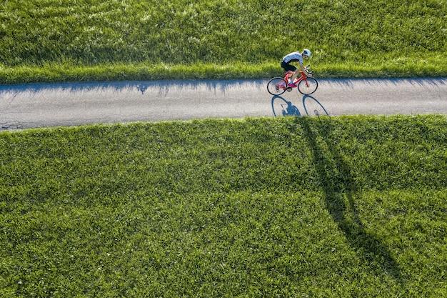 サイクリストのドローンビュー