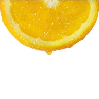 Капля сока, падающая с апельсина