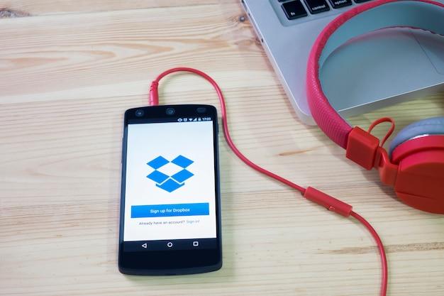 Мобильный телефон открыл приложение dropbox.
