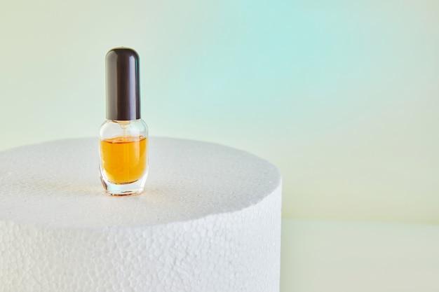 スポイトボトル-白い表彰台のラベルのない香水瓶用の琥珀色のガラス