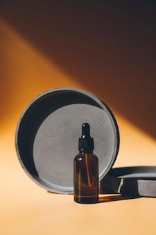 제품 프레젠테이션을 위한 둥근 기하학적 모양이 있는 추상적 배경의 스포이드 병