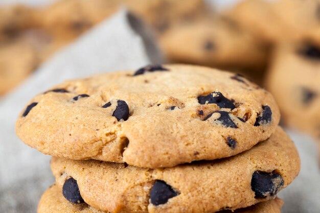 전통적인 밀 쿠키의 초콜릿 조각, 차 또는 커피 음식, 달콤하고 맛있는 쿠키, 클로즈업