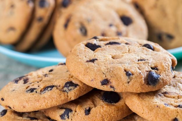 Капли и кусочки шоколада в традиционном пшеничном печенье