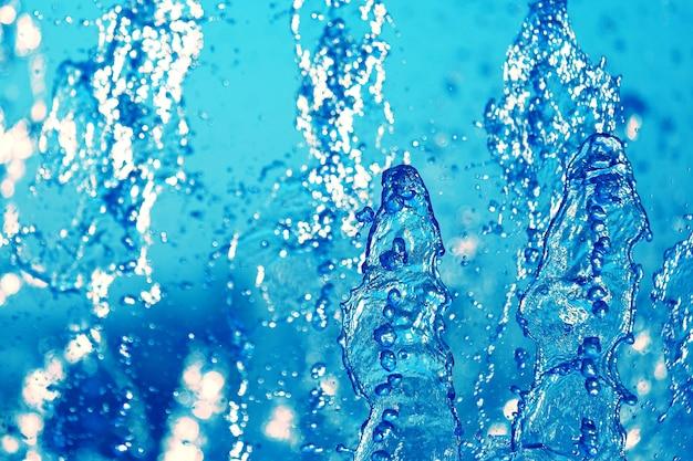 空に噴水の青い水を落とします