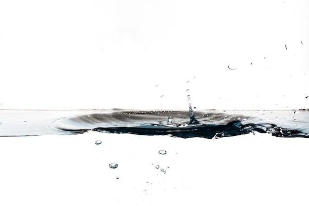 Капли капают по поверхности воды