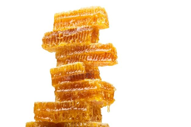 왁스 꿀 피라미드에서 떨어지는 신선한 꿀 방울. 비타민 영양과 꿀벌 제품.