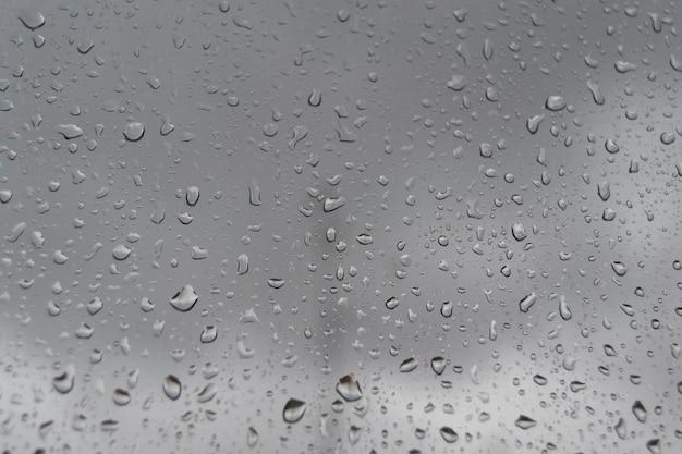 ウィンドウに雨の滴