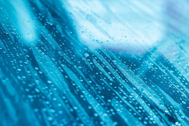 雨上がりの車のガラス窓に水滴