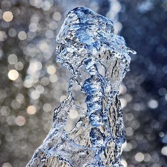 噴水の水を落とします。水と光の遊びにおける抽象化とぼやけ