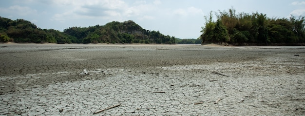 台湾、台南市官田の干ばつ湖と土地