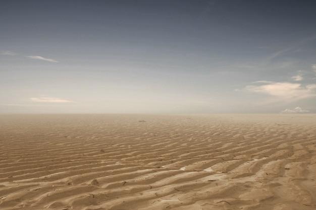 暗い空を背景に干ばつ土地。環境変化の考え方