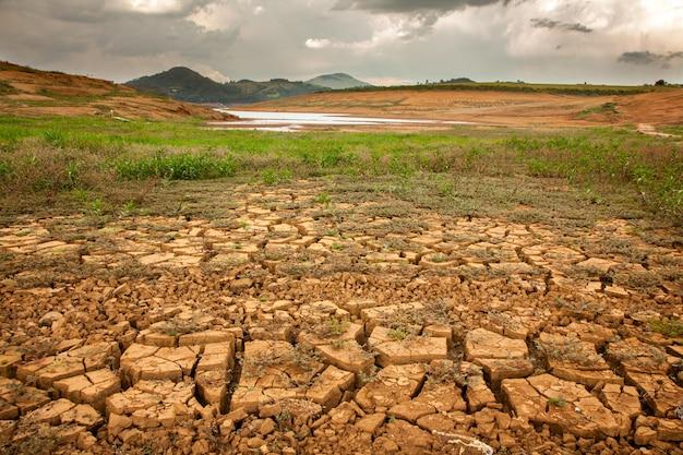 ブラジルのダムの干ばつ土壌