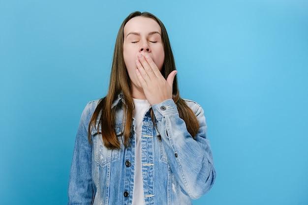 あくびをしている眠そうな若い女の子、眠い不注意