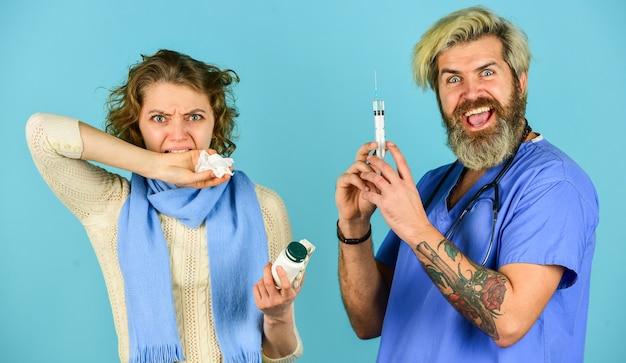 약물 주입. 바이러스 전염병. 아픈 환자 소녀를 위한 복용량 주입. 독감 개념입니다. 의료 주사. 백신 개발. 주사기에 백신을 든 남자 간호사. 의사는 주사기 바늘 예방 접종을 사용합니다.