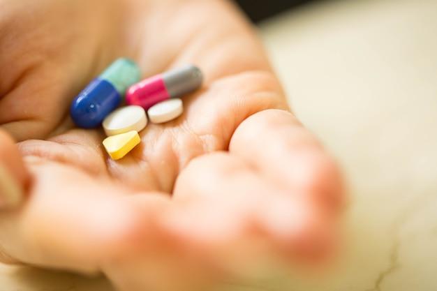 体を治療するためにあなたの手に薬の丸薬。