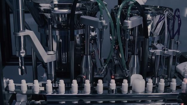Производство лекарств, медицинские флаконы на фармацевтической производственной линии