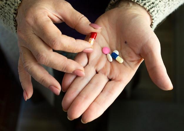 Наркотики в руках старушки