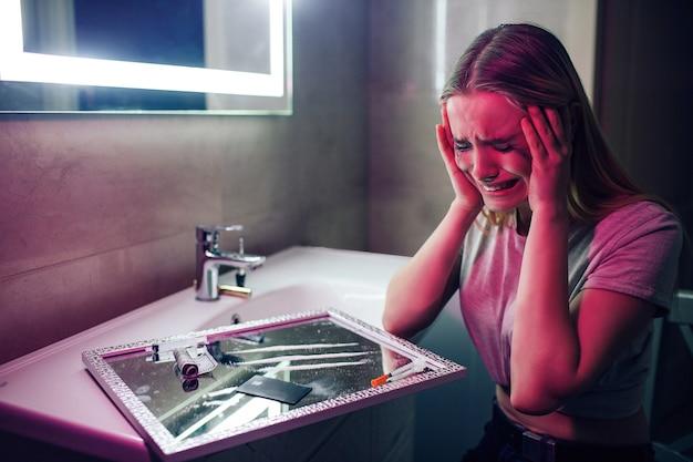 Наркотики убивают тебя. скажи нет наркотикам. наркоман плачет из-за наркотиков