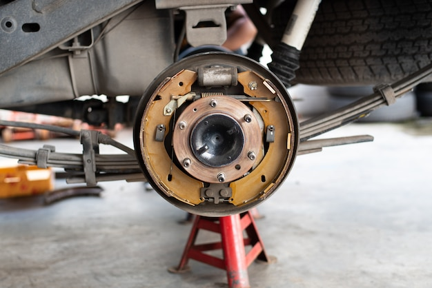 自動車ガレージのドラムブレーキとアスベストブレーキパッド
