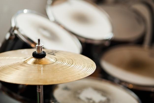 드럼 심벌즈를 닫습니다. 오래된 드럼.