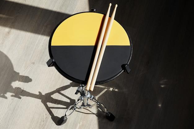 Барабан для тренировочной площадки и барабанные палочки. ударник.