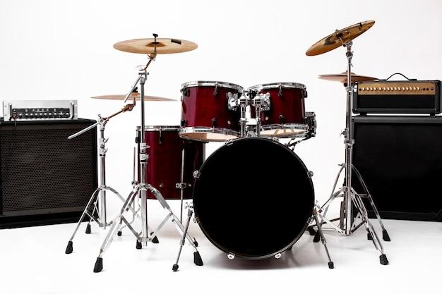 Барабанная установка на белом набор музыкальных инструментов