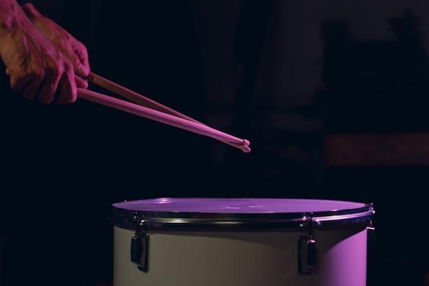 ドラムスティックは、スプラッシュウォータードロップでドラム表面にビートリズムを叩きます