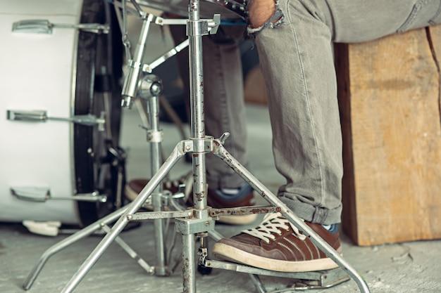 ドラムセットの後ろのドラマー