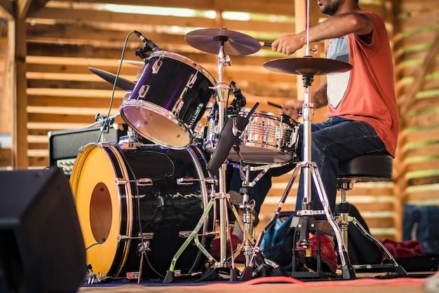 Барабанщик выступает на сцене.