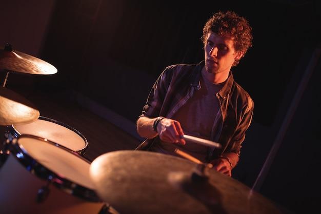 Batterista che gioca sul set di batteria