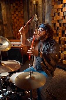 ドラムキットで演奏するドラマー、音楽演奏