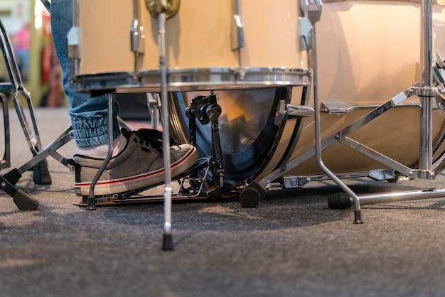 드럼을 연주하는 드러머는 콘서트 무대에서 설정합니다.