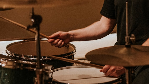 Batterista che registra in foto hd di musica in studio