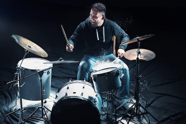 록 콘서트 전에 드럼 리허설을 하는 드러머. 스튜디오에서 드럼 세트에 음악을 녹음하는 남자