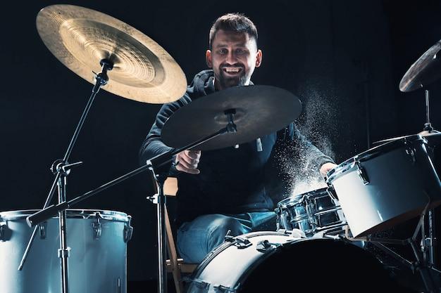 록 콘서트 전에 드럼 리허설을 하는 드러머 드럼 세트에 음악을 녹음하는 남자
