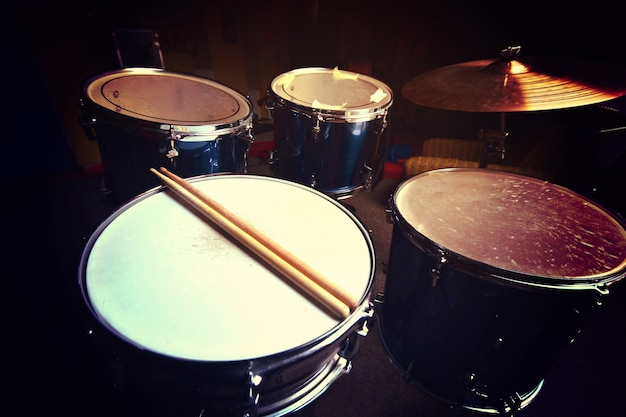Барабаны и барабанные палочки.