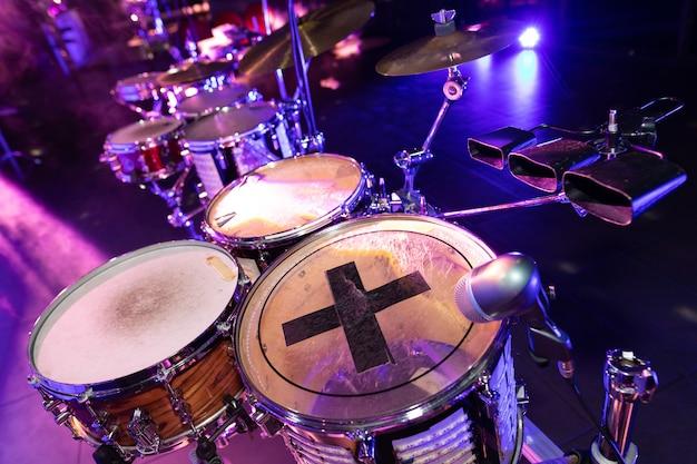 Барабаны крупным планом в диско-клубе