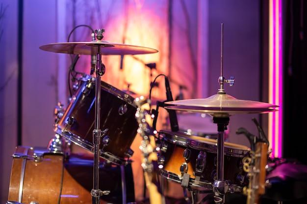 Барабаны в студии с красивым светом. понятие о музыкальном творчестве и шоу-бизнесе.
