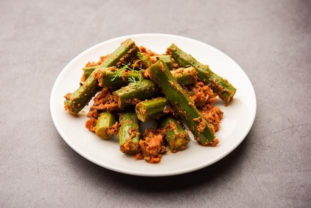 ドラムスティック カレーは、モリンガのスティックとスパイスを使用して準備された、美味しくてピリッと辛い野菜グレービーまたはドライ レシピです。