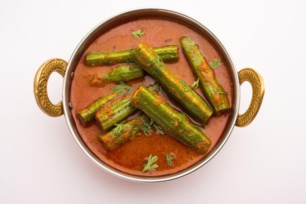 드럼스틱 카레는 모링가 스틱과 향신료를 사용하여 준비하는 맛있고 톡 쏘는 야채 그레이비 또는 건조 레시피입니다. 건강한 인도 음식
