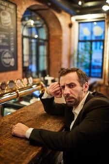 Пьяный бизнесмен в баре