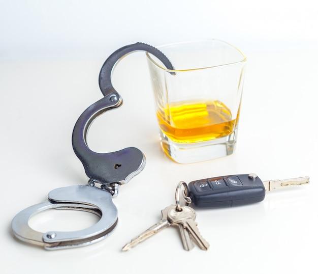 飲酒運転のコンセプト - ビール、キー、手錠