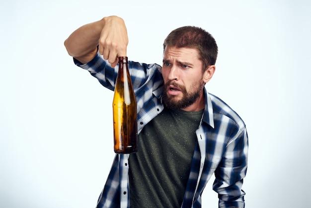 술에 취해 남자 알코올 중독 문제 감정 우울증 고립 된 배경