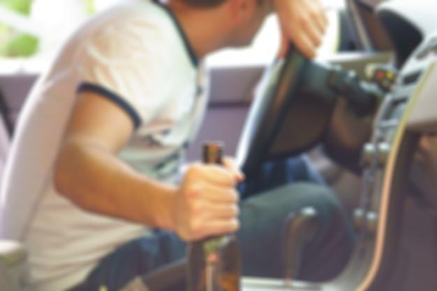 차에서 자고 있는 술취한 남자. 자연 흐리게 이미지입니다.