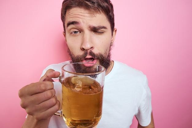 Пьяный мужчина с большой кружкой пива