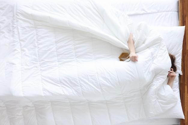 Пьяная женщина лежит с бутылкой алкоголя в постели женский алкоголизм и концепция лечения