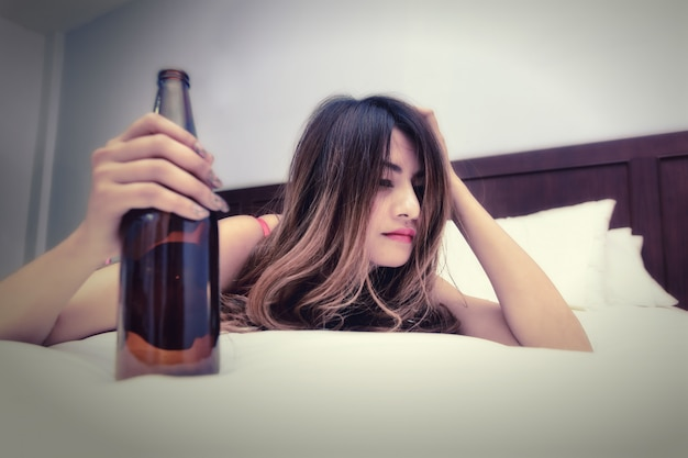 손에 병 침대에서 술에 취해 여자
