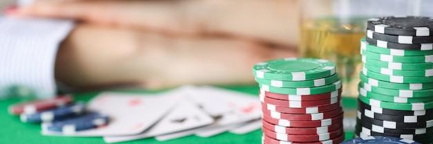 카지노 근접 촬영 도박 중독 개념의 게임 테이블에서 자고 술에 취해 여자