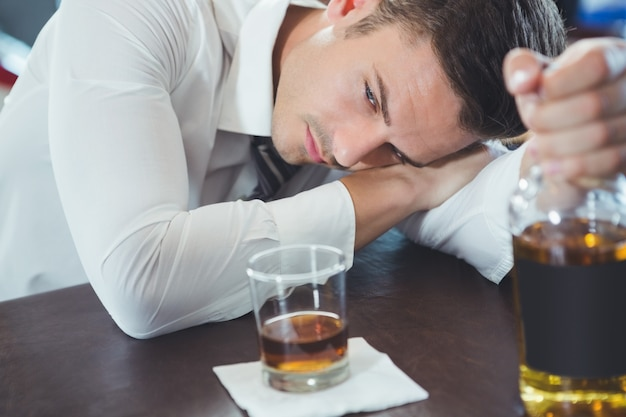 술 취한 남자는 바에 누워 카운터