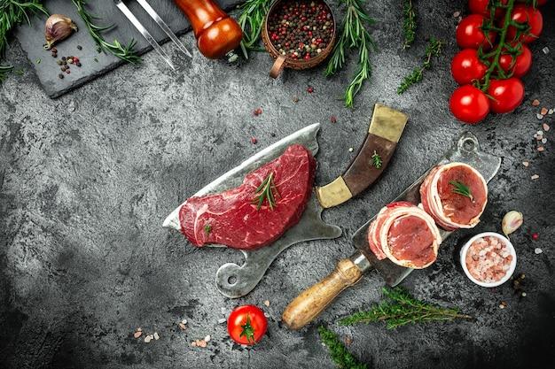 Сухой выдержанный стейк из говядины барбекю, нарезанный большим кусочком филе с зеленью и солью поверх мясного ножа. американский мясной ресторан. вид сверху.
